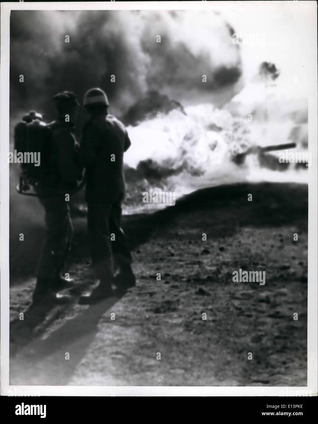 Martes 22 de marzo, 2012 - Camp Lejeune, Carolina del Norte. MARINE CORPS RECLUTAS DESARROLLAR SU PREPARACIÓN PARA EL COMBATE-- Con la ayuda de su instructor seargeant, un joven aprendiz de infantería desencadena un lanzallamas portátil en un depósito maltratadas objetivo,Camp Lejeune, Carolina del Norte. Defensa DEPT FOTO (infantería de marina) Foto de stock