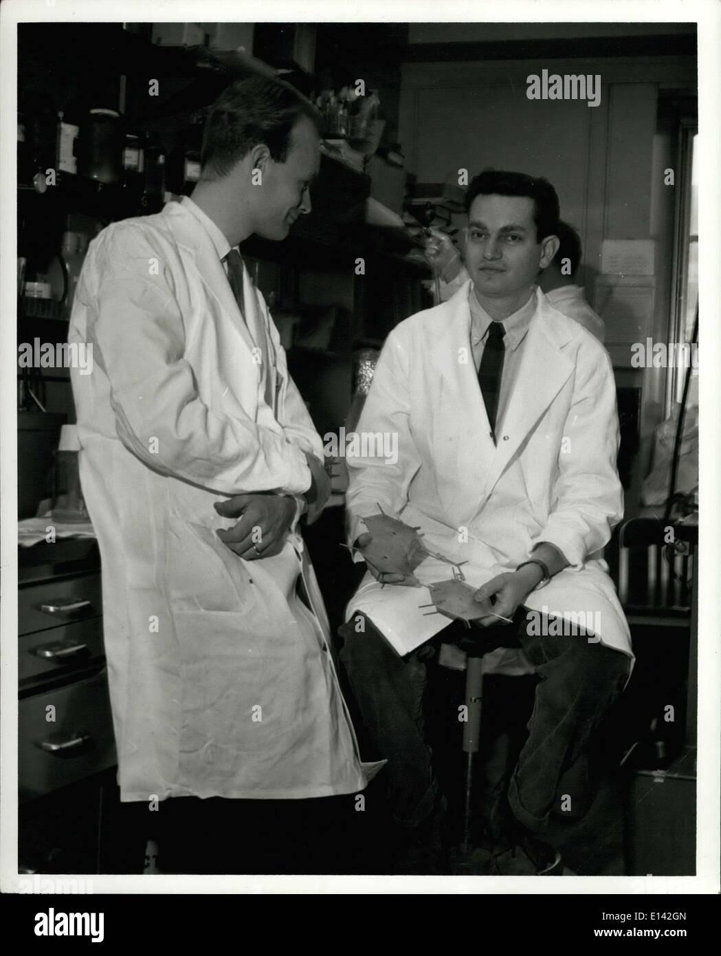 Marzo 31, 2012 - 1968, Premio Nobel de Fisiología y Medicina Dr. Marshall W. Nirenberg ganador de los Institutos Nacionales de Salud, Bethesda, Maryland (derecha) con Heinrich Matthael del Instituto Max Planck, Gottingen, Alemania Occidental, en el corazón del Laboratorio Nacional de Institutos. Imagen De Stock