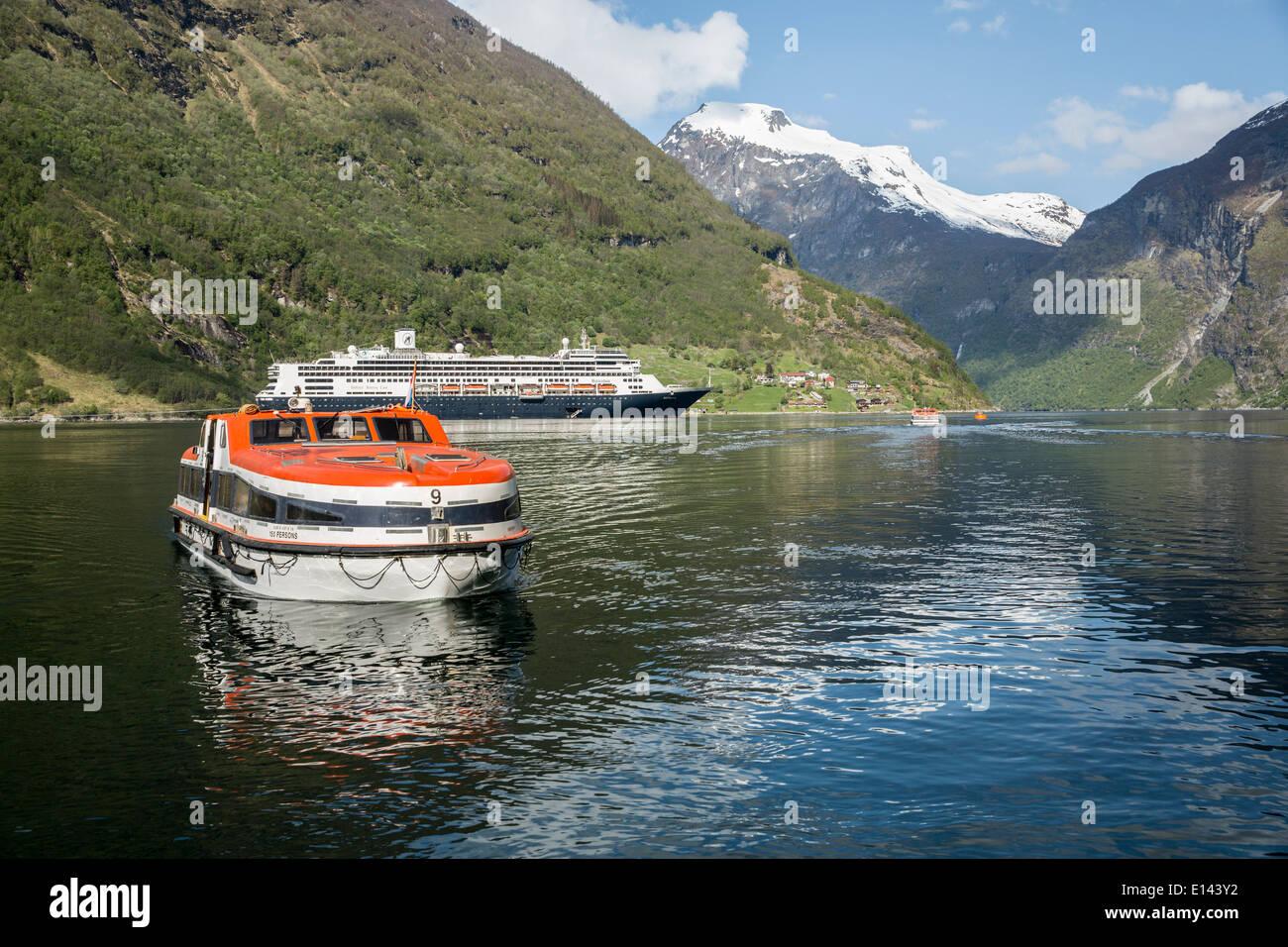 Noruega, Geiranger, Geiranger fiordo. Pueblo y montañas. Barco Crucero MS Rotterdam de Holland America Line. Botes de licitación Imagen De Stock