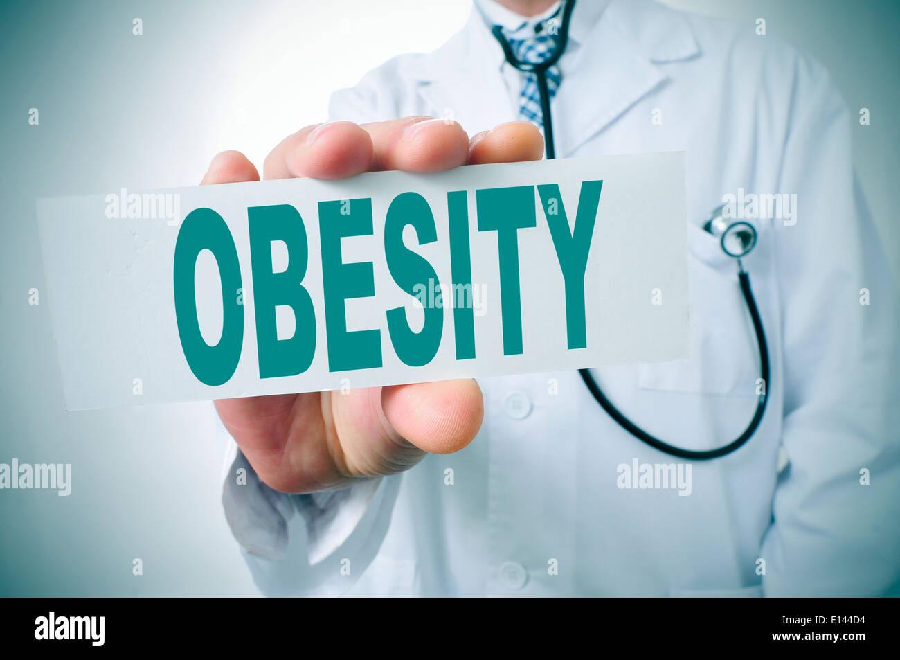 Un médico mostrando un cartel con la palabra obesidad escrito en él Imagen De Stock
