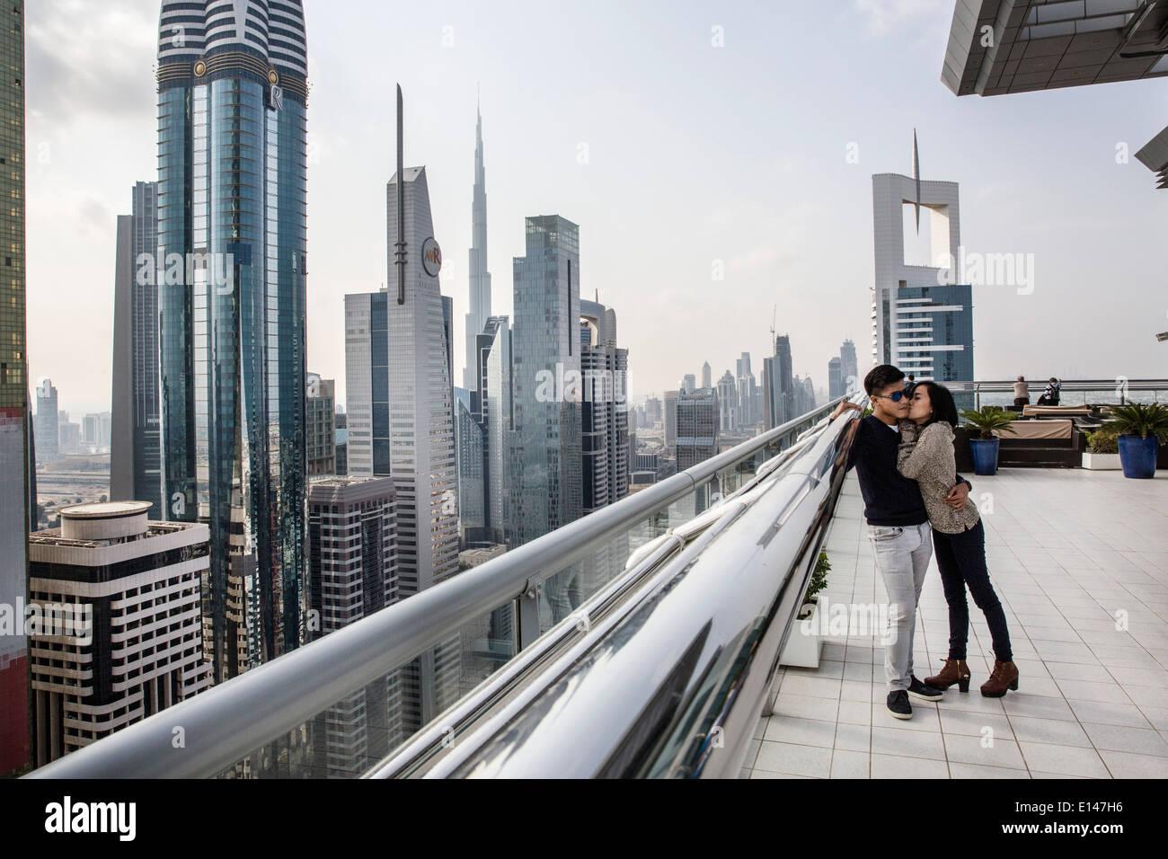 Los Emiratos Árabes Unidos, Dubai, centro financiero con Burj Khalifa, Asiáticos pareja besándose en la azotea de la onu de Sheraton Hotel Imagen De Stock