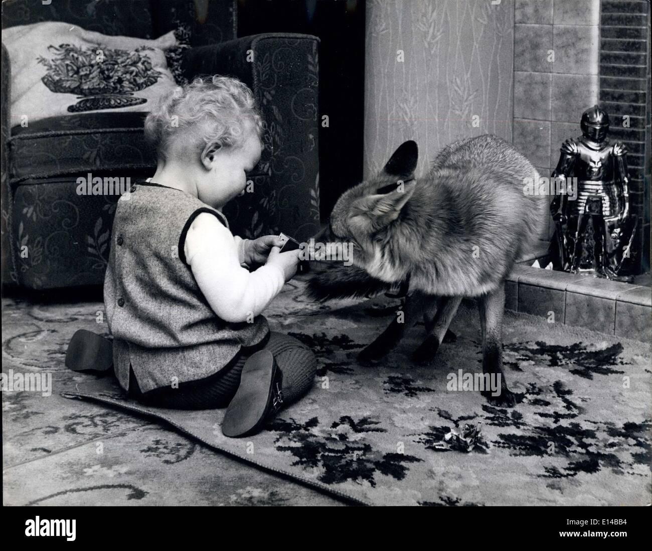 Abril 17, 2012 - Dos criaturas inquisitivo y Vanessa su favorito playmate Rusty el zorro. Imagen De Stock