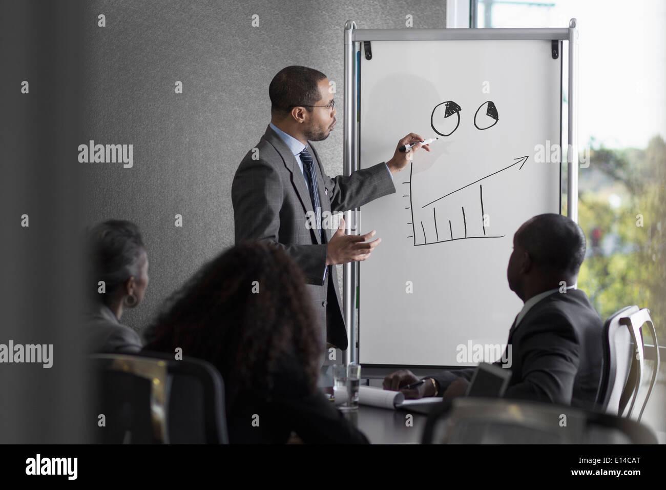 Empresario hablando con colegas de reunión Foto de stock
