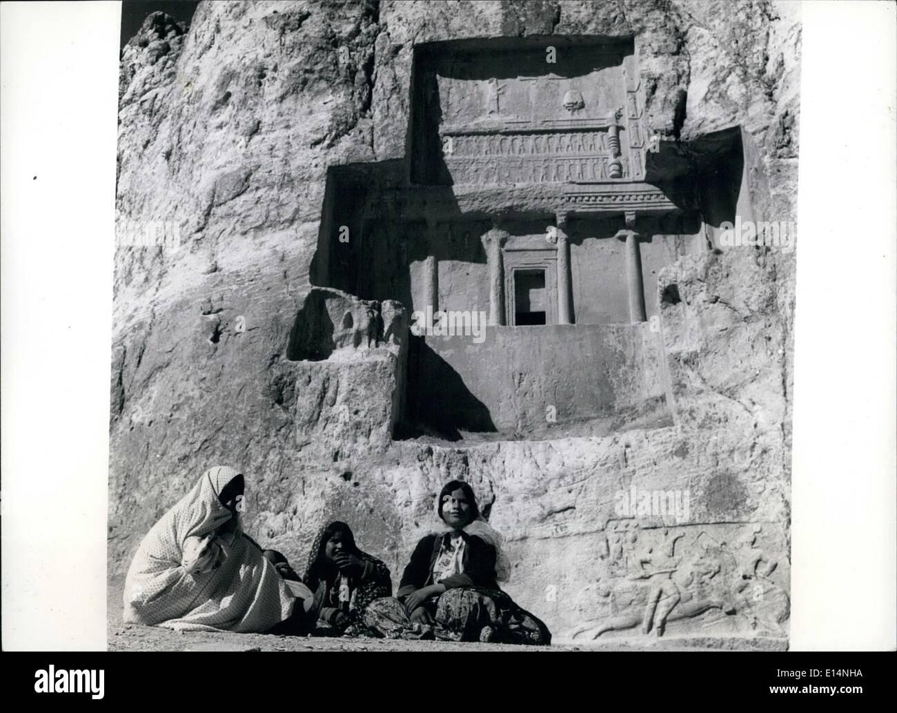 Abril 18, 2012 - podria ser la historia como estos campesinos locales relajarse debajo de las tallas en las cercanías de la tumba de un antiguo emperador persa cerca de Persépolis, Irán. Imagen De Stock