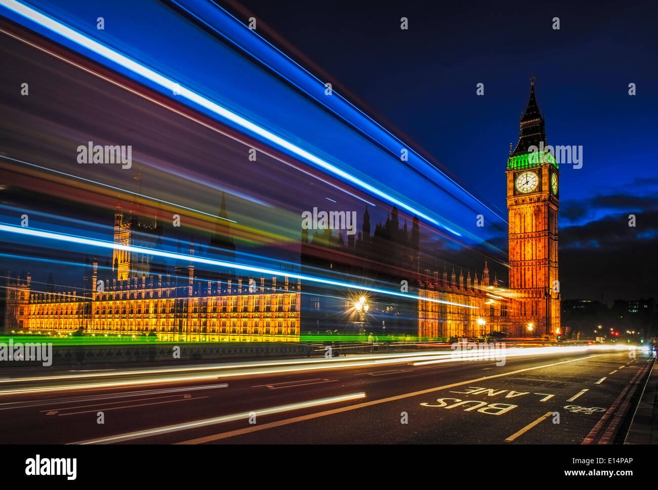 Exposición larga vista del tránsito por el Big Ben, Londres, Reino Unido. Imagen De Stock