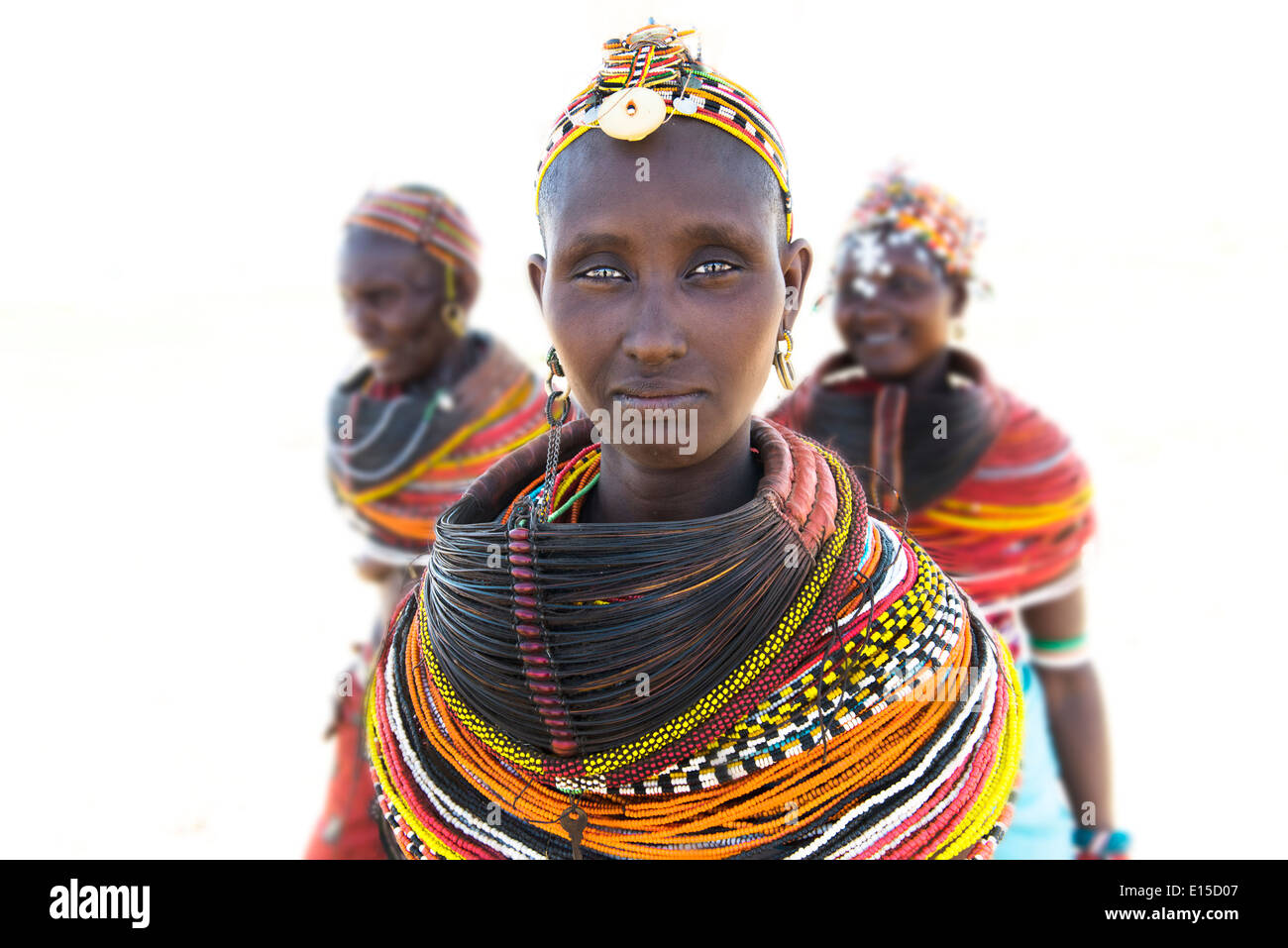Hermosa mujer Rendille en su aldea en el norte de Kenya.Foto de stock