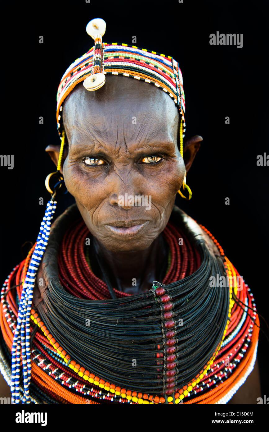 Hermosa mujer Rendille en su aldea en el norte de Kenya. Imagen De Stock