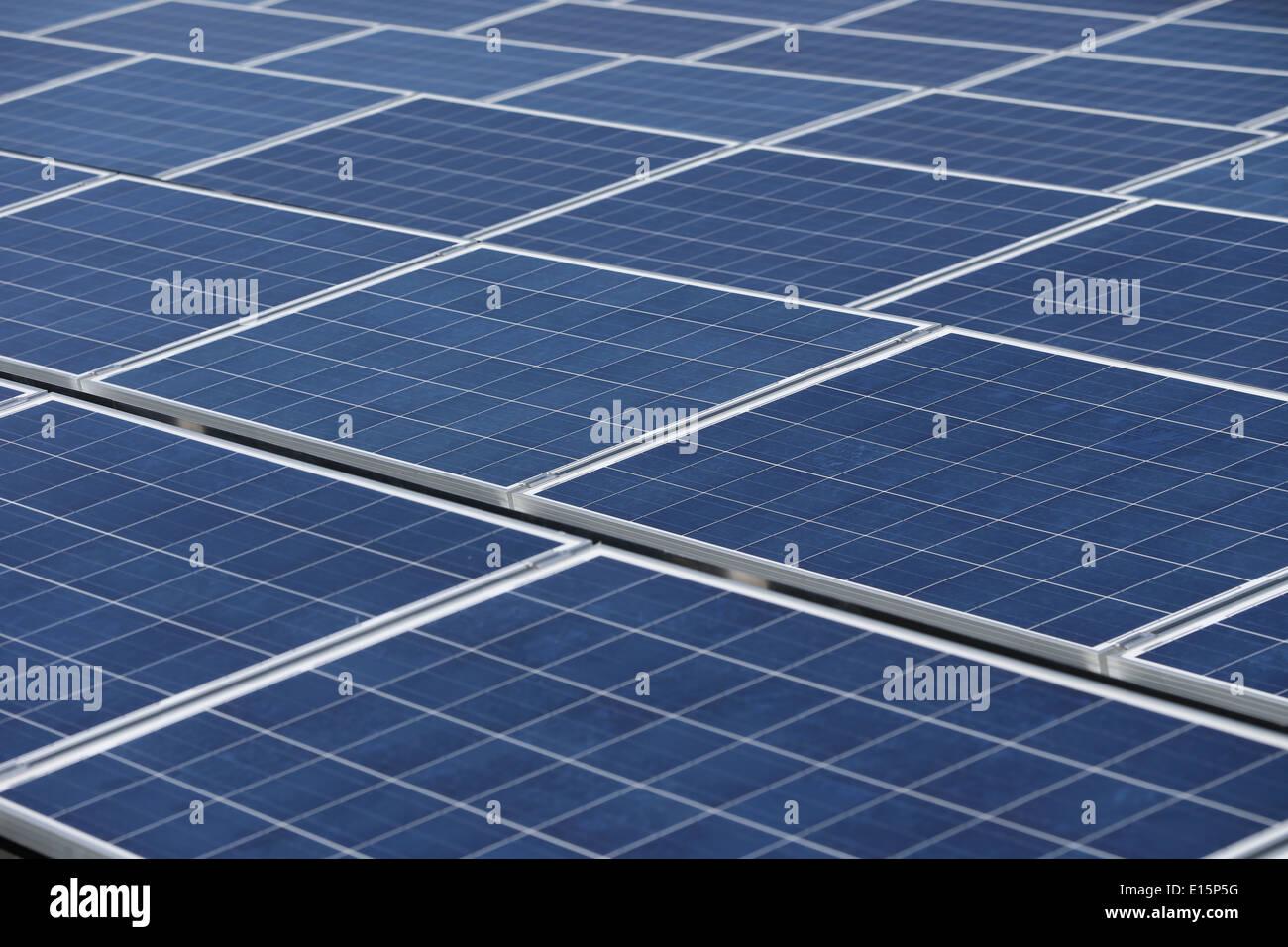 Paneles solares en el techo plano de una oficina Imagen De Stock
