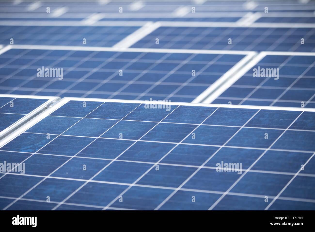 Paneles solares en un tejado plano de un bloque de oficinas Imagen De Stock