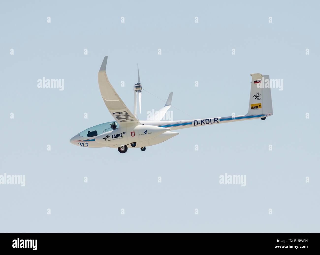 Antares DLR-H2 de pila de combustible en vuelo de avión. Primer avión tripulado girando sobre la potencia Imagen De Stock