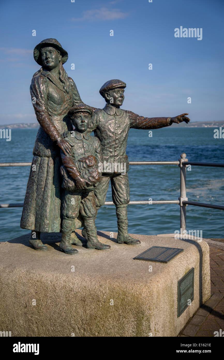 Annie Moore estatua en Cobh, Irlanda. A los 15 años, con sus 2 hermanos fueron los primeros inmigrantes en Ellis Island, transformados en Nueva York Foto de stock