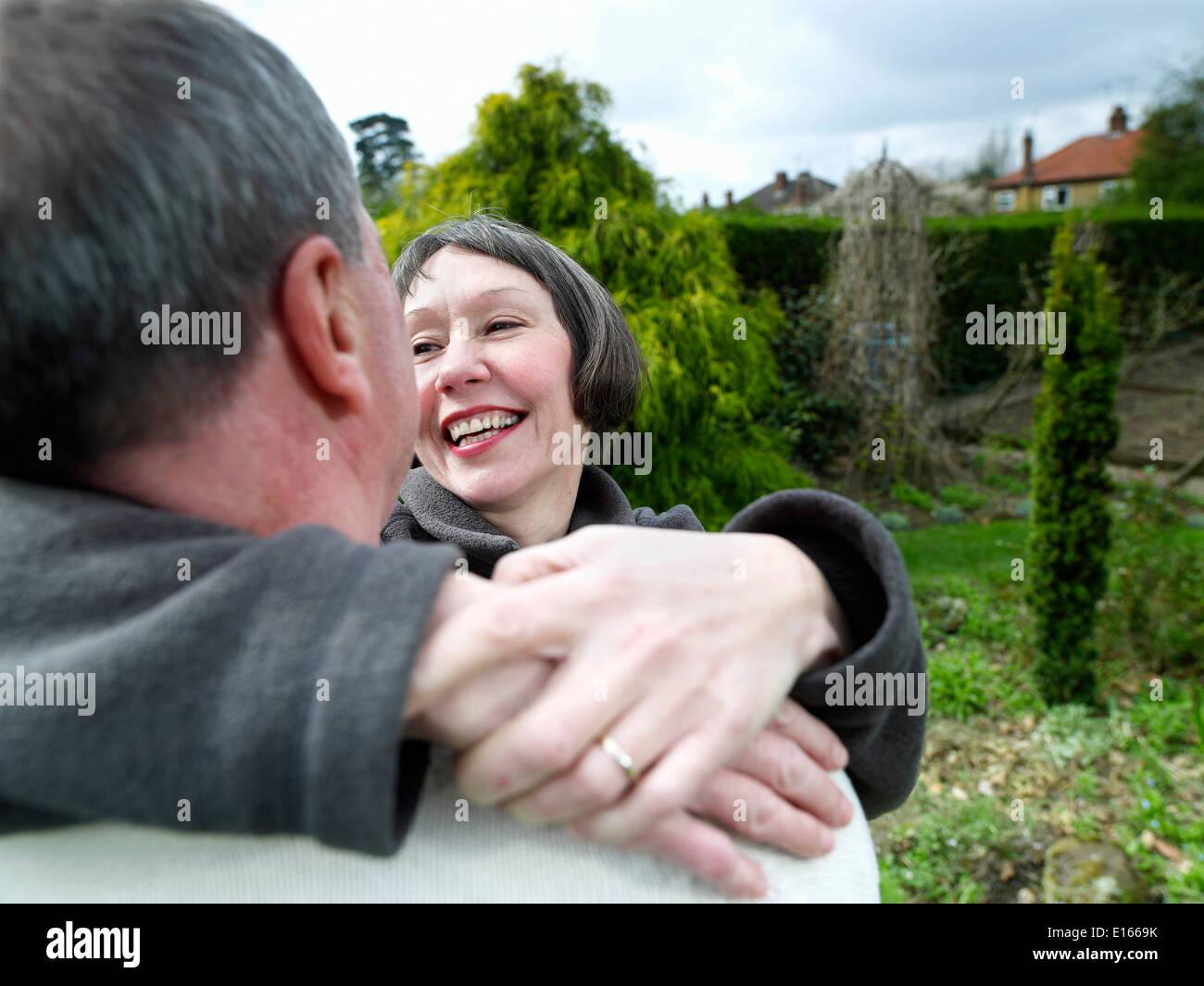 El esposo y la esposa en su jardín Foto de stock