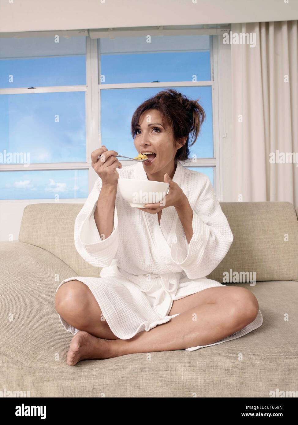 Mujer comiendo cereal Foto de stock