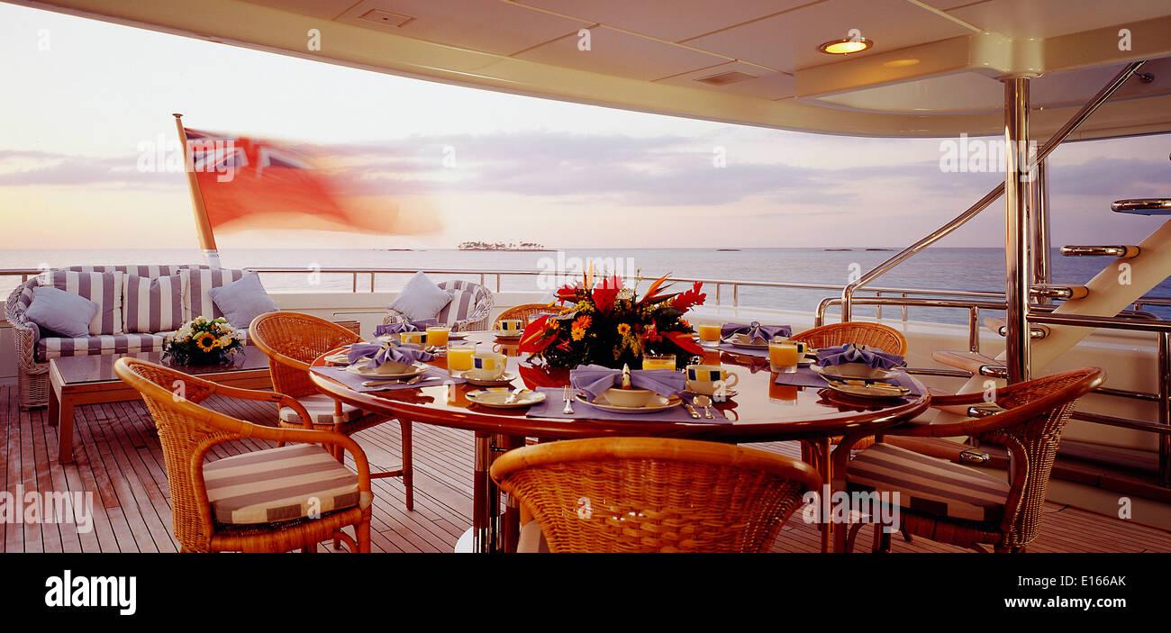 Juego de mesa para la cena en el yate de lujo Foto de stock