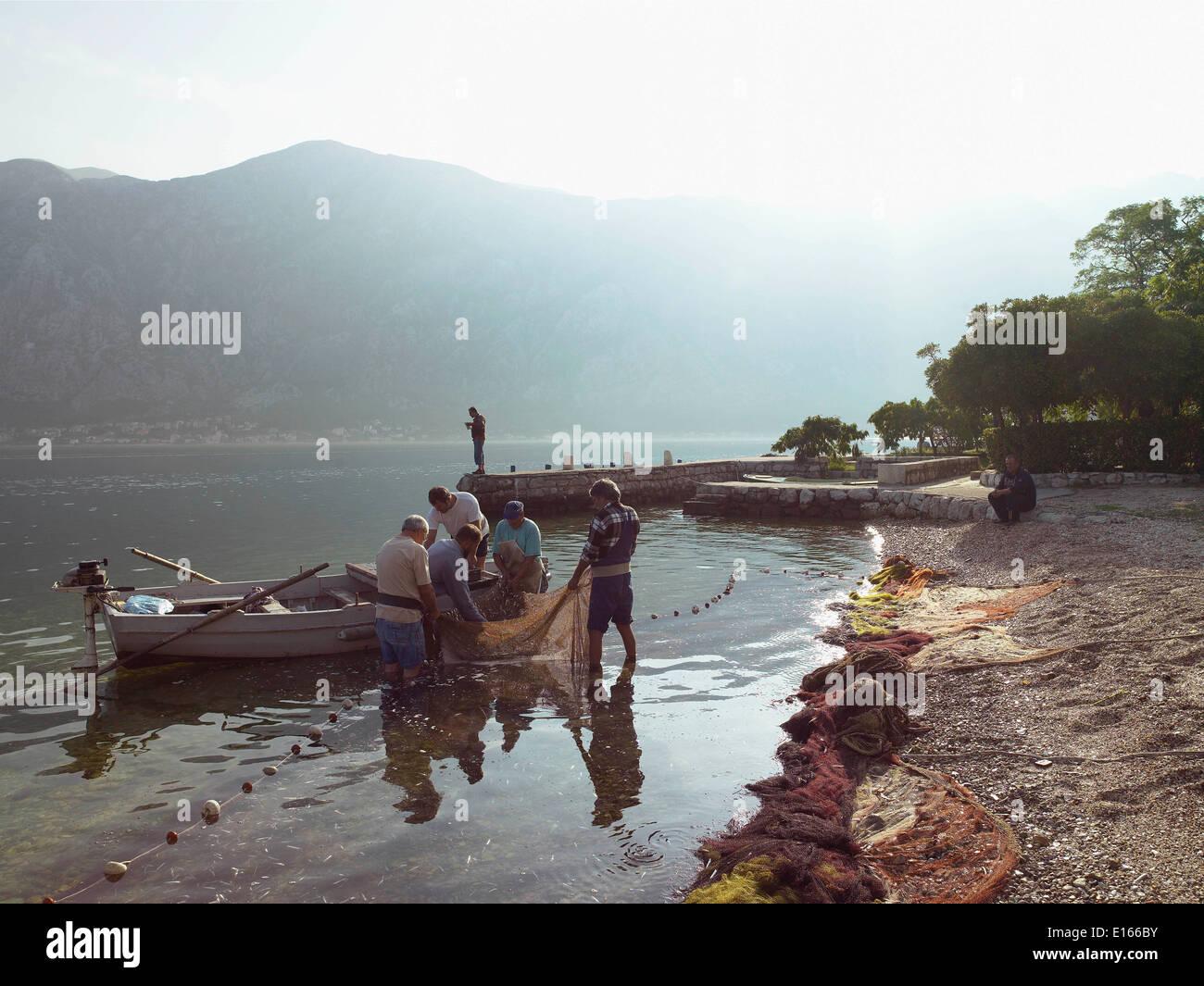 Pescador preparar sus redes en la playa. Foto de stock