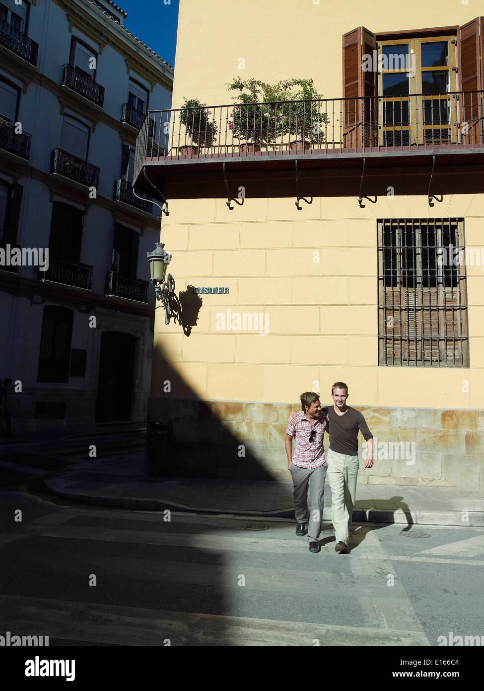 Dos hombres crossing road Foto de stock