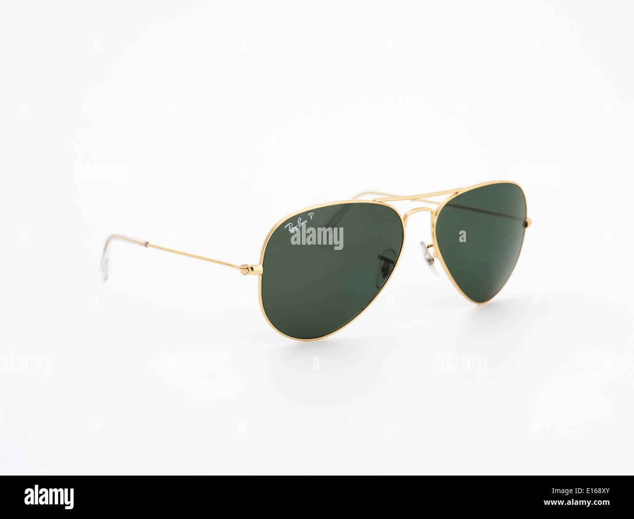 Ray ban aviator gafas de sol de oro sobre fondo negro Foto