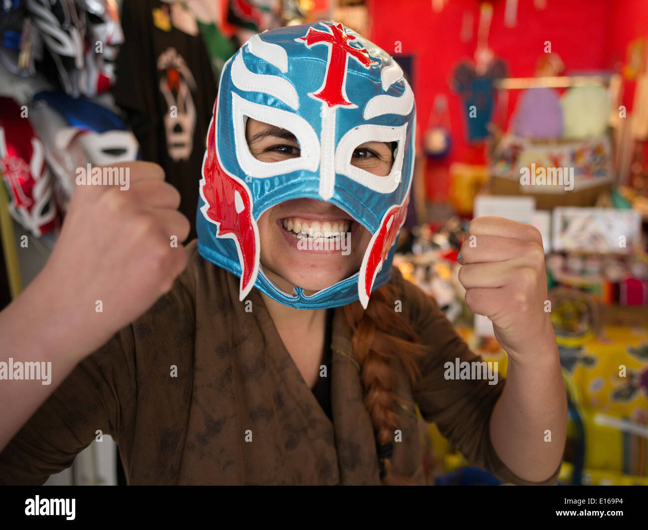 Máscaras de lucha libre mexicana en venta a tope, una tienda de productos mexicanos en el Mercado, saliendo Imagen De Stock