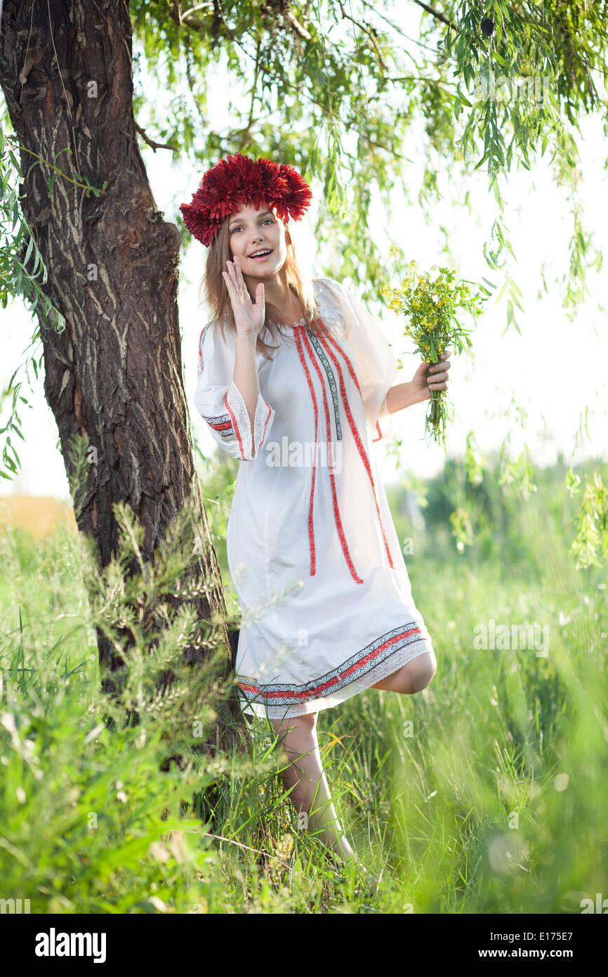 Chica emocional en traje tradicional ucraniana Imagen De Stock
