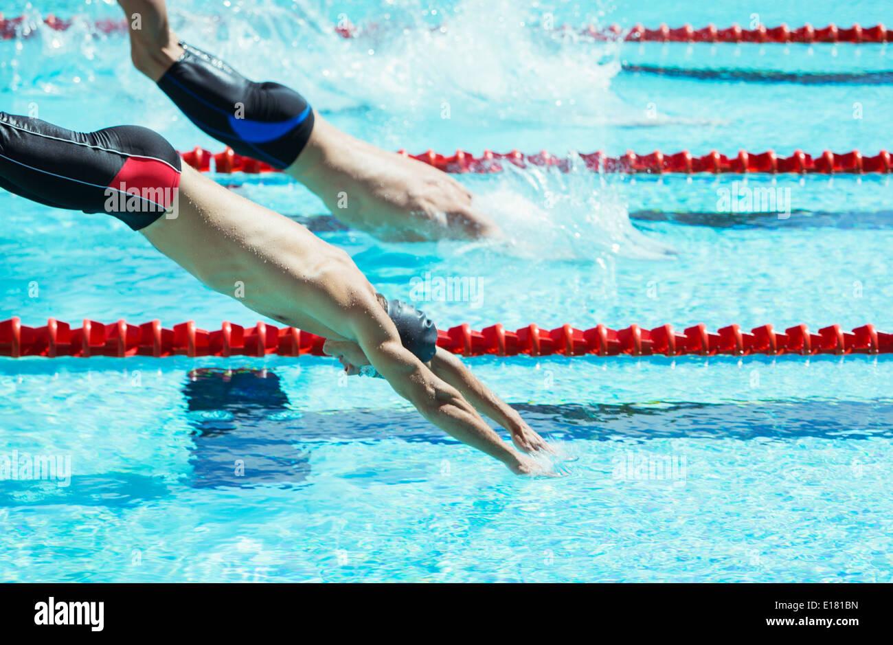 Los nadadores buceo en piscina Imagen De Stock
