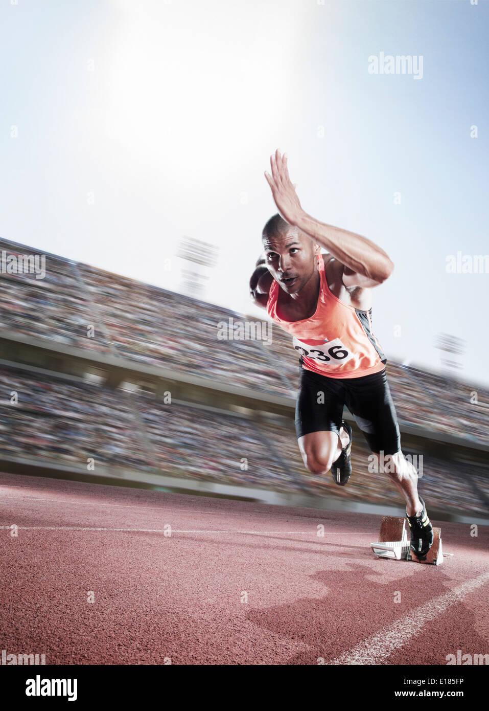 La velocista despegar del bloque de arranque Imagen De Stock