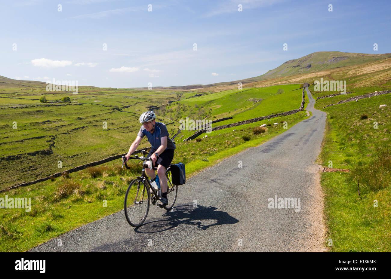 Un ciclista Penyghent Gill en Littondale descendente en los valles de Yorkshire, Reino Unido. Foto de stock