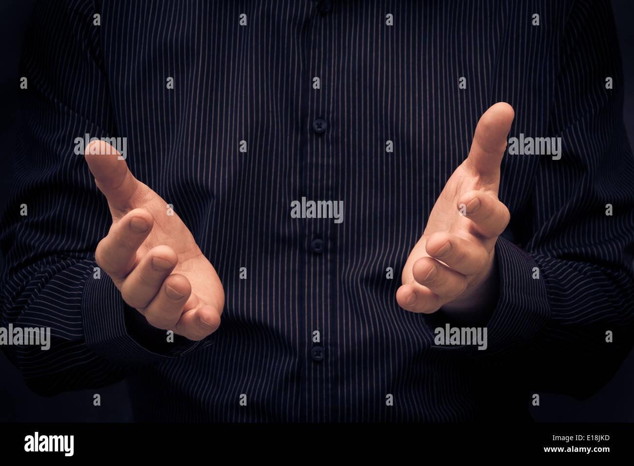 El hombre gesticula durante un discurso o mostrando algo Imagen De Stock