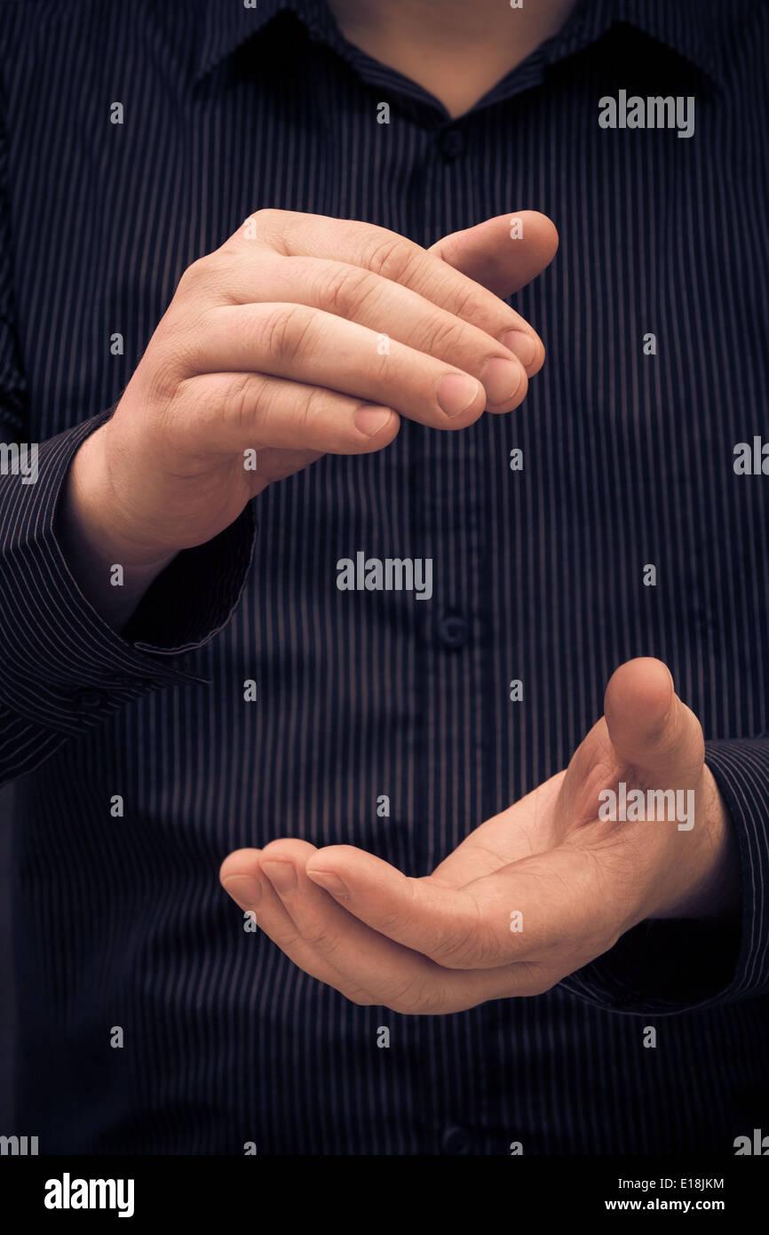 La mano del hombre que muestra el tamaño de algo o aplaudiendo Imagen De Stock