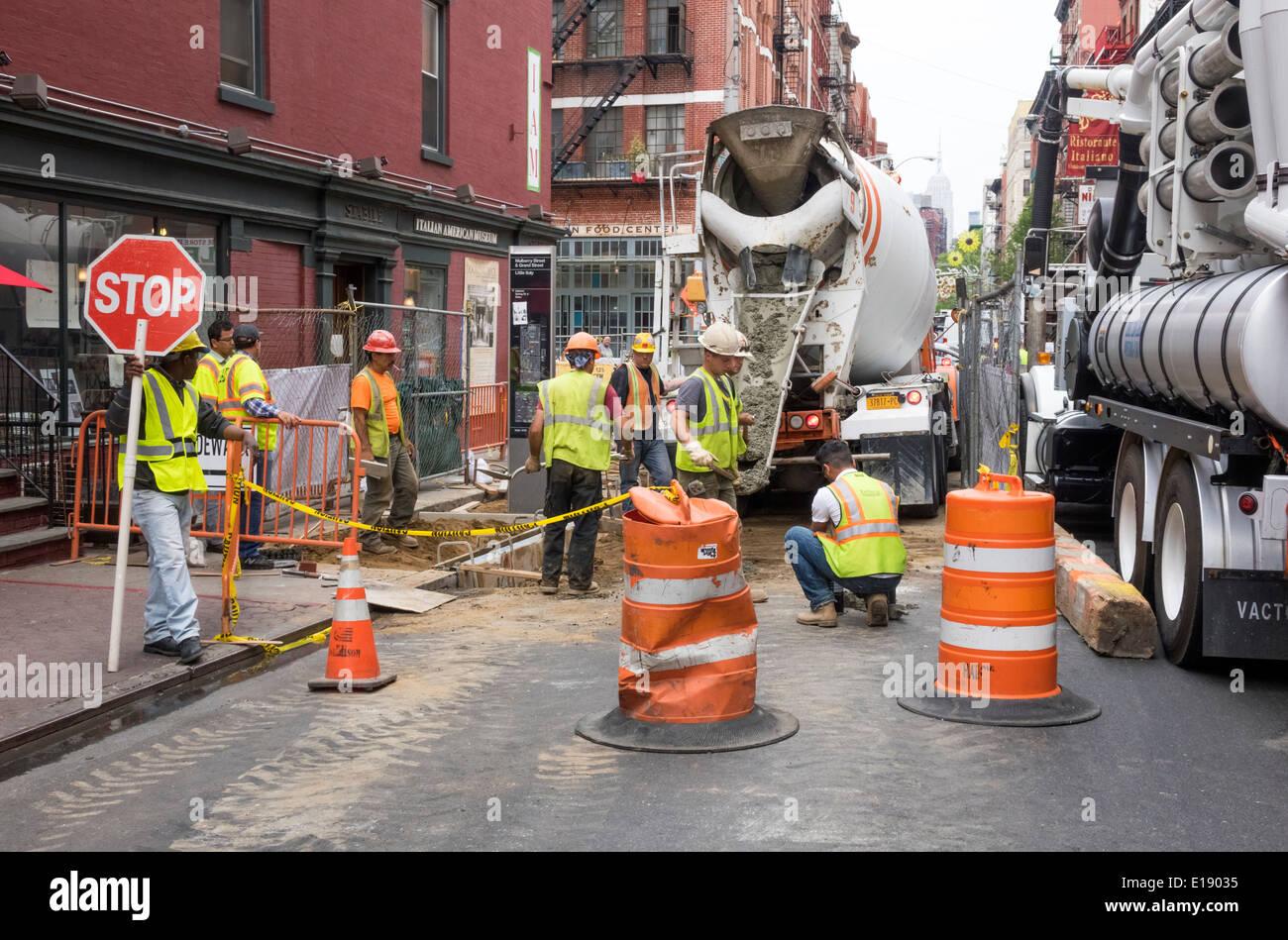 Sustitución de los trabajadores de la construcción de la infraestructura en la Pequeña Italia en la Ciudad de Nueva York Imagen De Stock