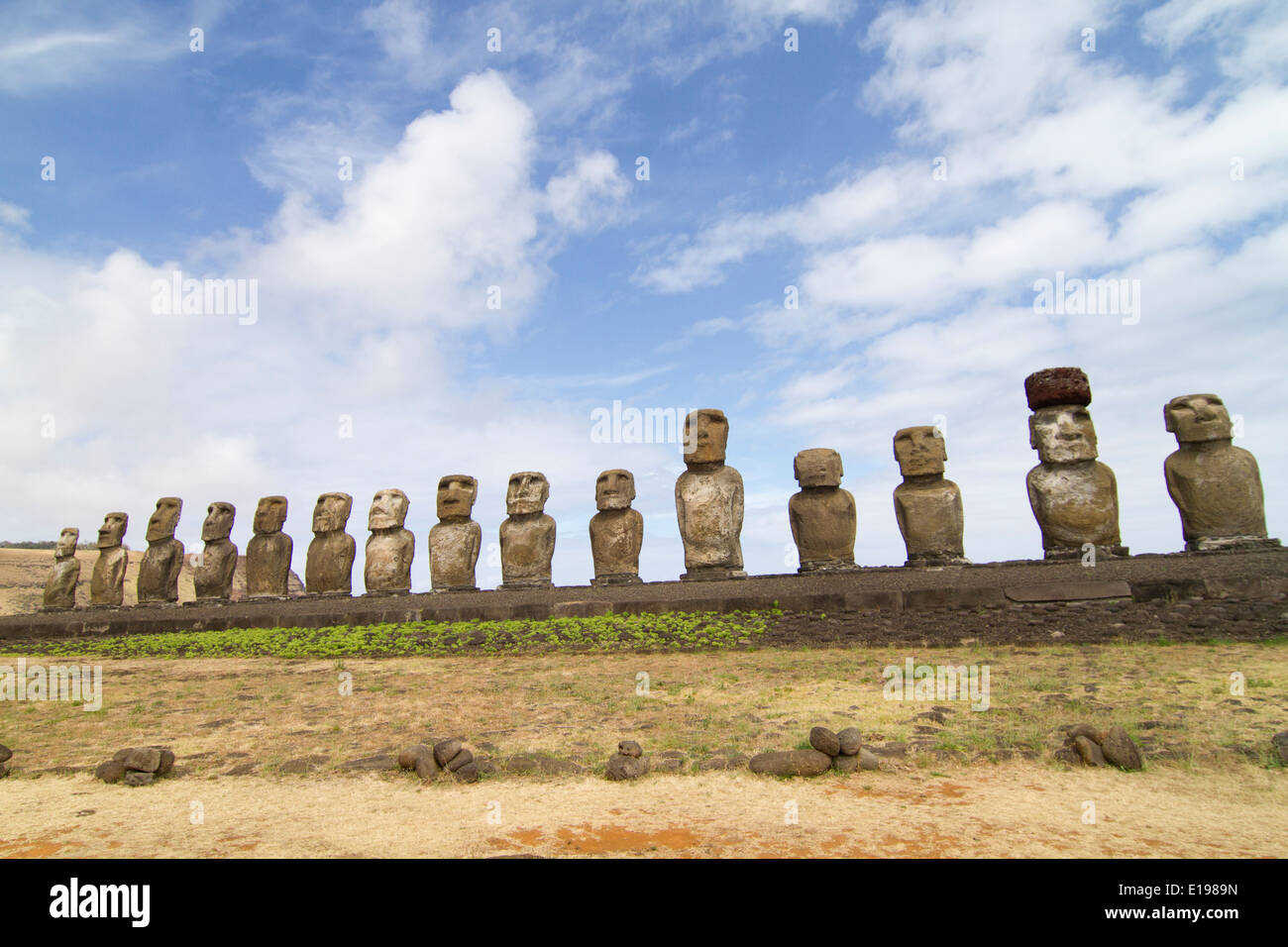 Quince estatuas llamadas moai sobre una plataforma de roca llamado Abu, uno de los cuales tiene un tophat llamados pukao, a Ahu Tongariki Imagen De Stock