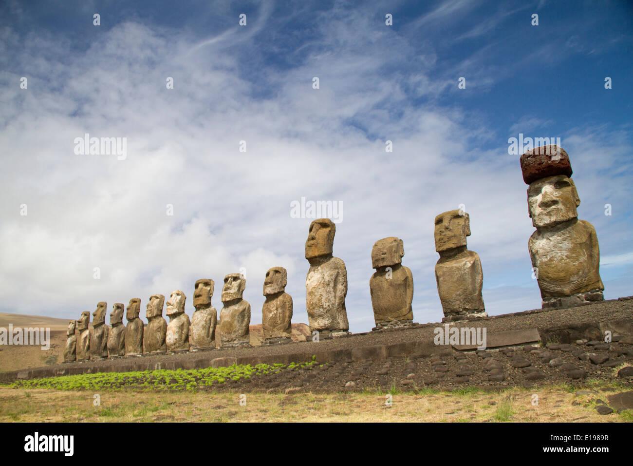 Catorce estatuas llamadas moai sobre una plataforma de roca llamado Abu, uno de los cuales tiene un tophat llamados pukao, a Ahu Tongariki Imagen De Stock