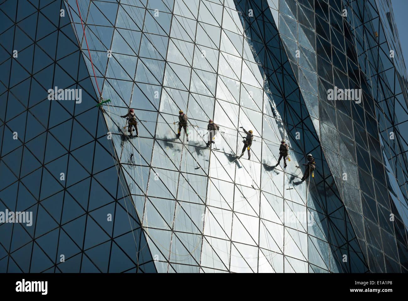 Doha. Qatar. Los trabajadores migrantes la limpieza de las ventanas de la torre Al Bidda. Imagen De Stock