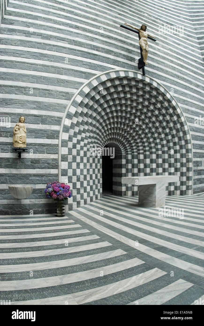 Vista interior de la iglesia de San Giovanni Battista, Mogno Tessin, Suiza Foto de stock