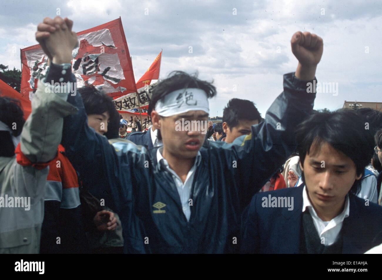 """(Archivo) - Un archivo de imagen, de fecha 13 de mayo de 1989, muestra el líder de las protestas estudiantiles Wuer Kaixi protestando entre una multitud de estudiantes durante una manifestación en la plaza de Tiananmen en Pekín, China. Kaixi lleva una diadema que lee """"Jueshi' (huelga de hambre). Hace 25 años, las protestas aumentaron en China captial pero finalmente fueron golpeados violentamente. Foto: Edgar Bauer/dpa Imagen De Stock"""
