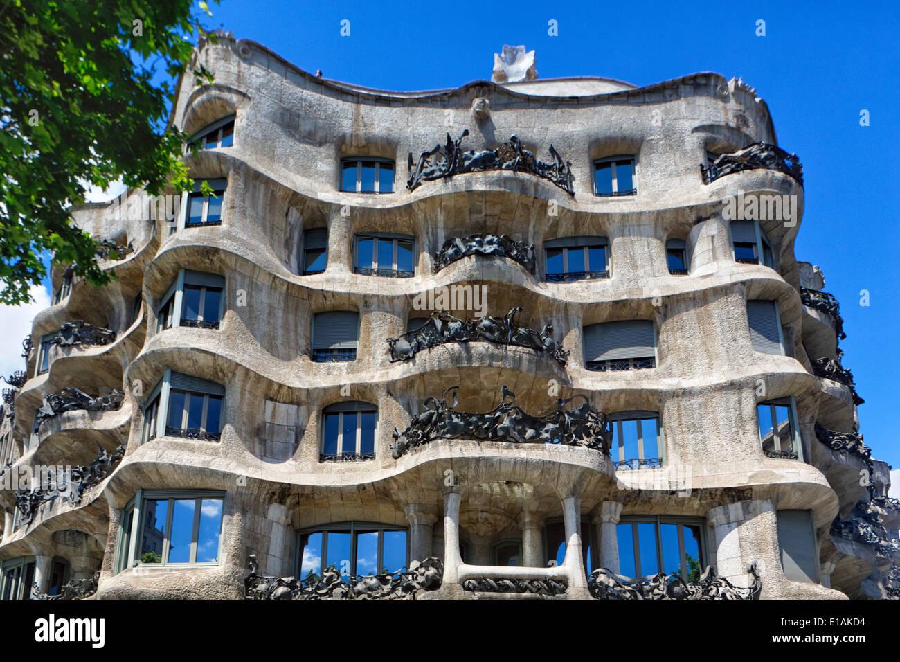 Vista de ángulo bajo la fachada de un edificio, la Casa Milá (La Pedrerea), Barcelona, Cataluña, Imagen De Stock