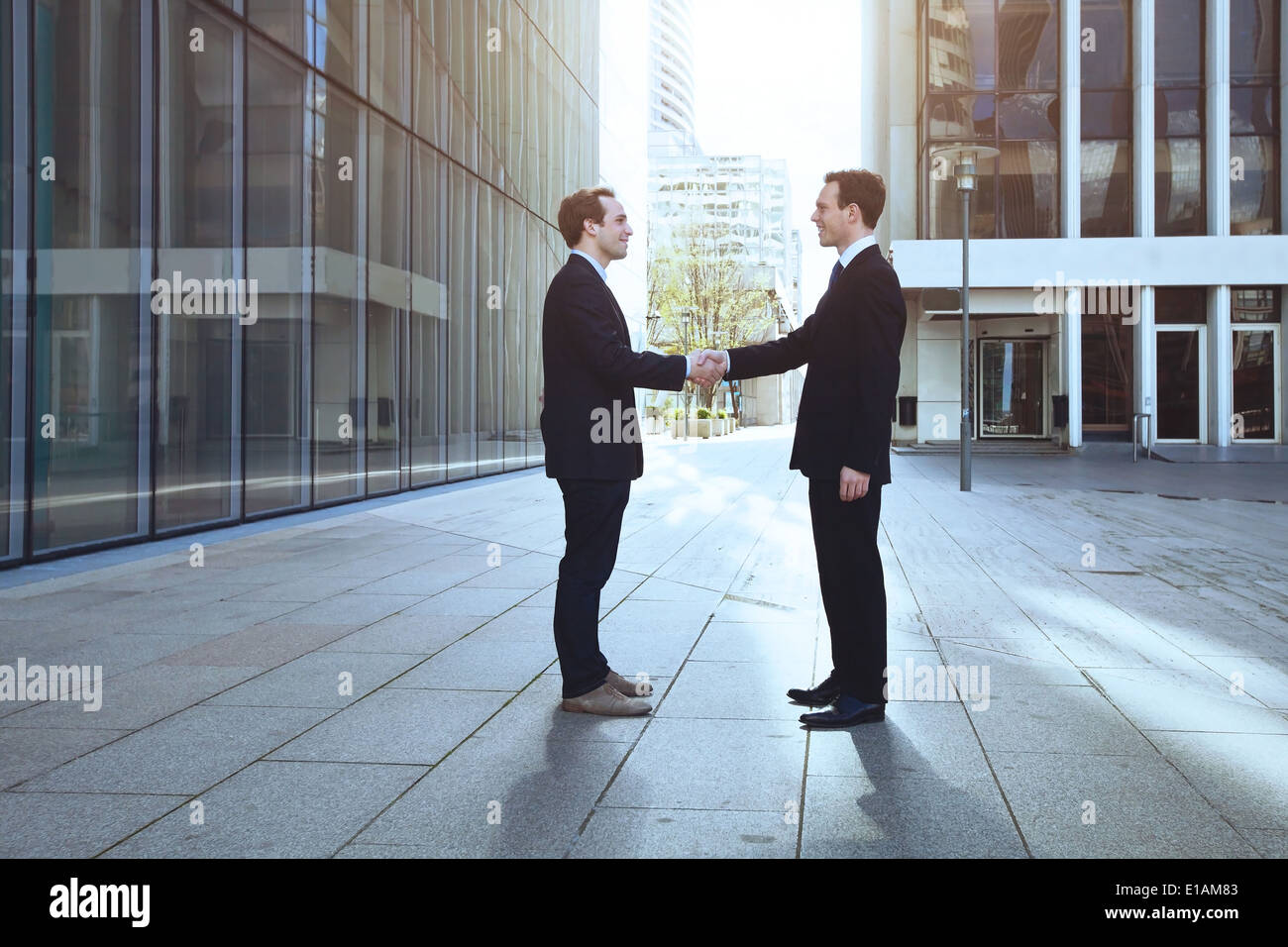 Dos hombres de negocios, un apretón de manos Imagen De Stock