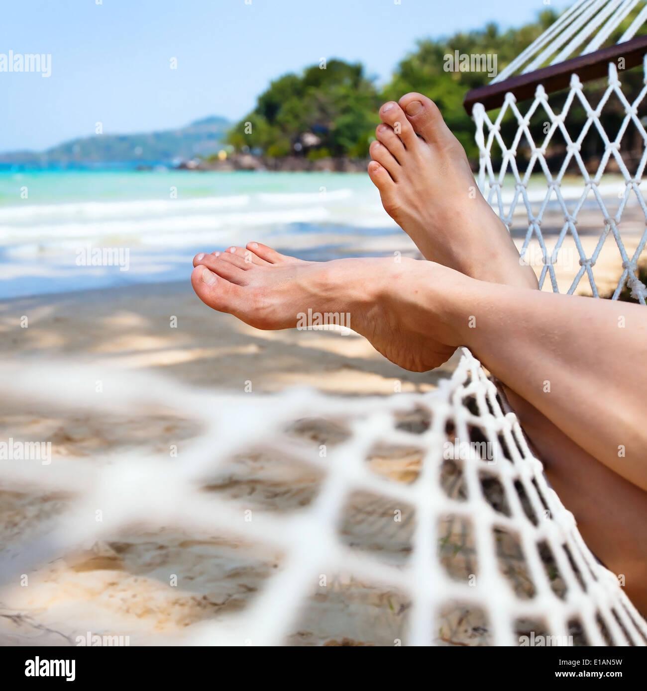 Relájese en una hamaca en la playa Foto de stock
