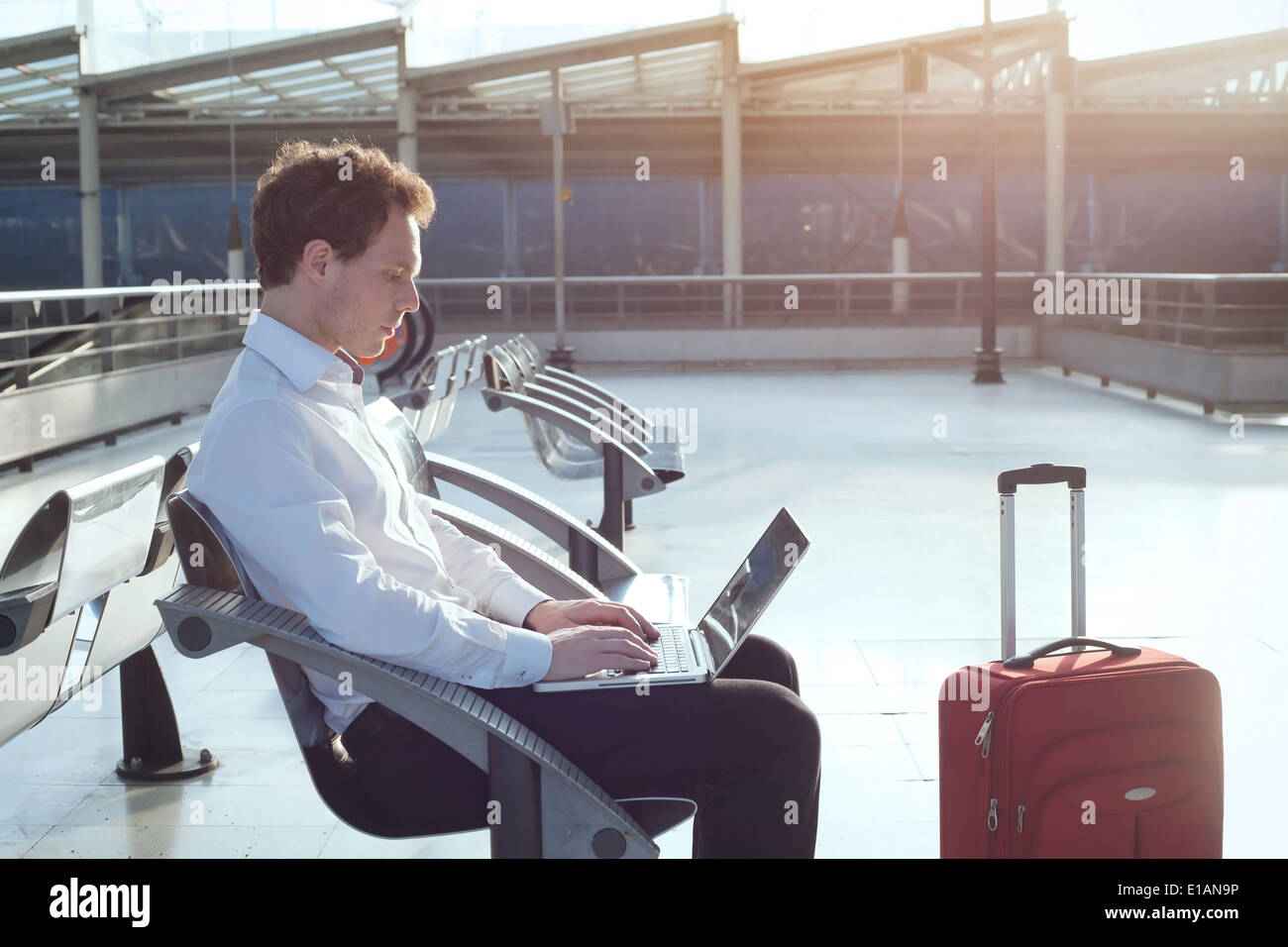 Usando internet en la terminal del aeropuerto Foto de stock