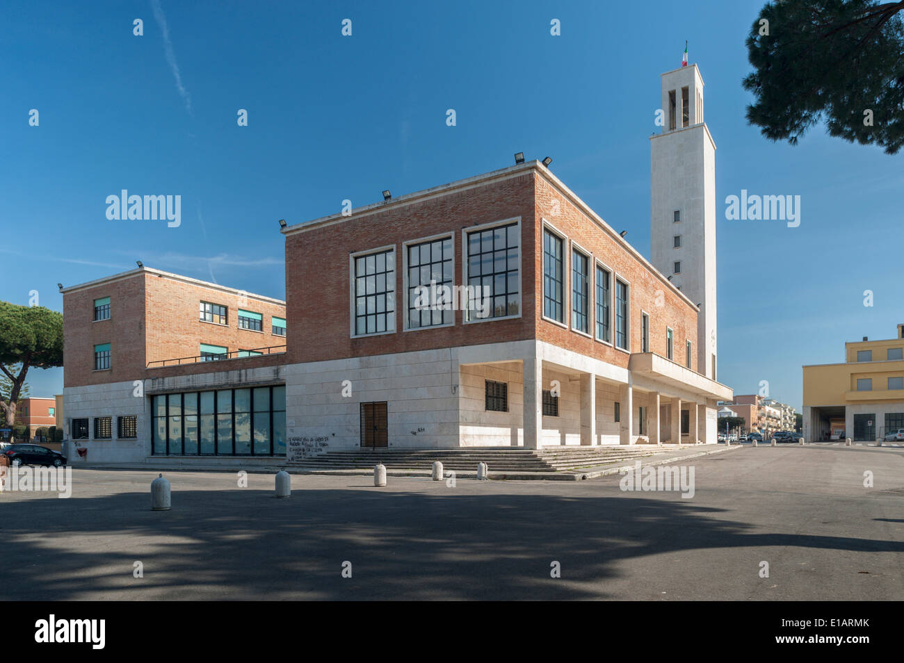 Con su torre del Ayuntamiento, la arquitectura monumental, el racionalismo, el italiano de Sabaudia, Lacio, Italia Imagen De Stock