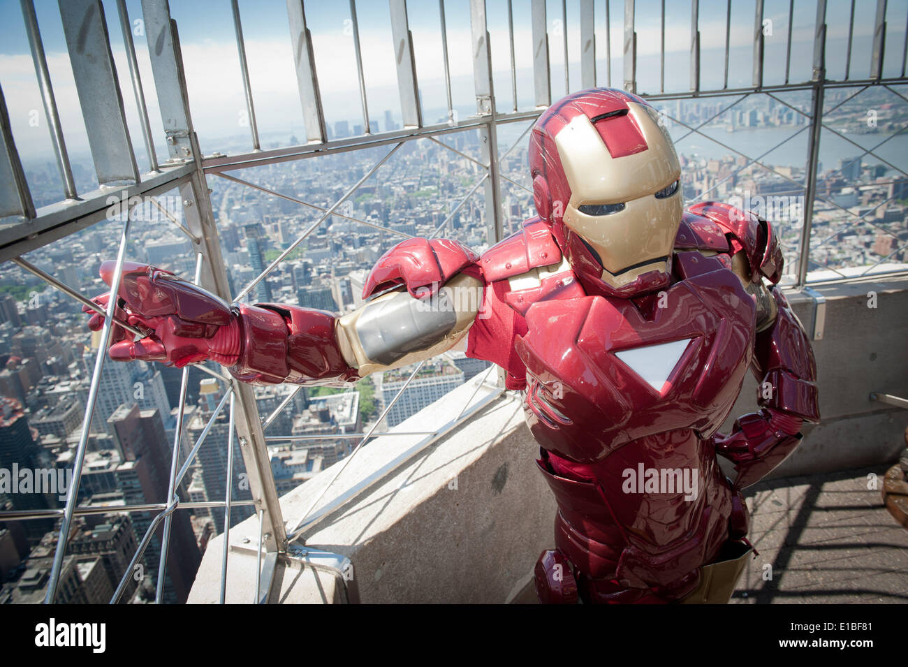 Manhattan, Nueva York, Estados Unidos. 29 de mayo de 2014. El actor vestido como personaje de Iron Man durante el evento del centenario de PAL en el Empire State Building. © Bryan Smith/ZUMAPRESS.com/Alamy Live News Imagen De Stock