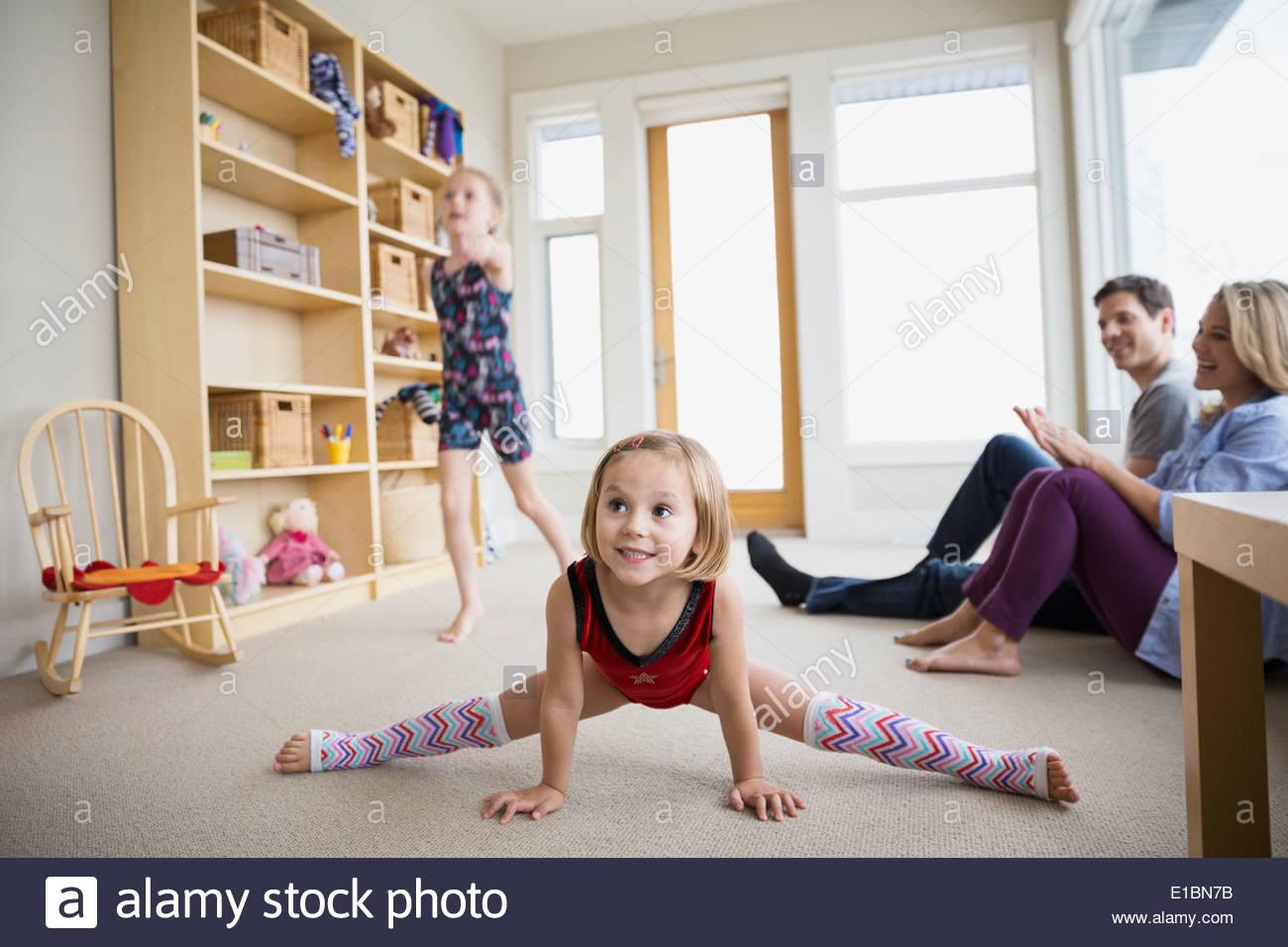 Los padres viendo las hijas en el salón de baile Imagen De Stock