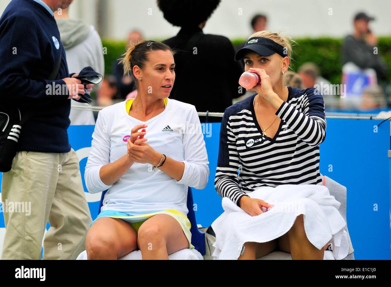 Flavia Pennetta (Italia) y Elena Vesnina (Rusia) jugando dobles en Eastbourne 201 Foto de stock