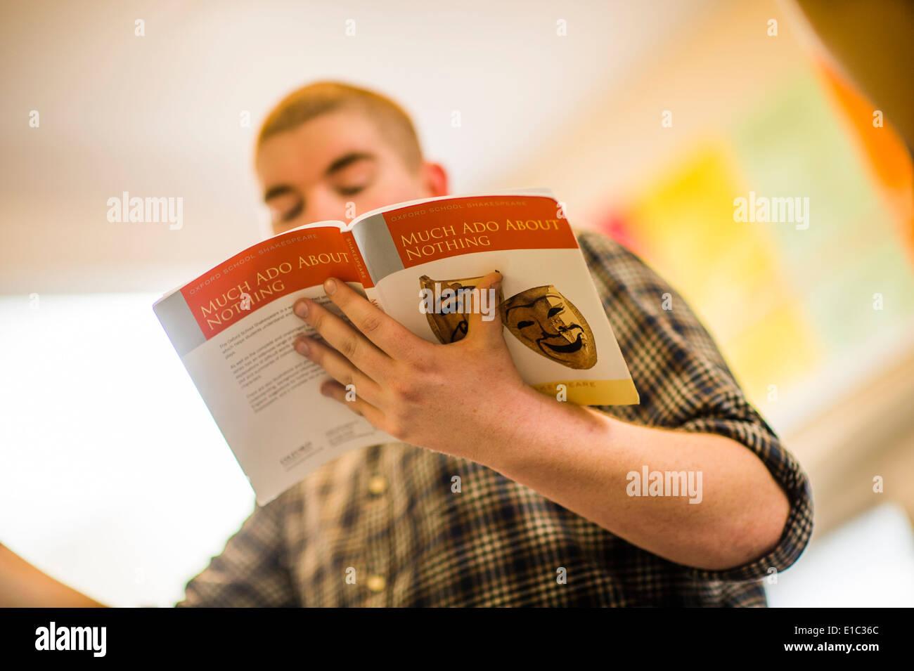 Aberystwyth estudiante universitaria de estudiantes de teatro ensayando 'MUCH Ado About Nothing' de William Shakespeare. Foto de stock