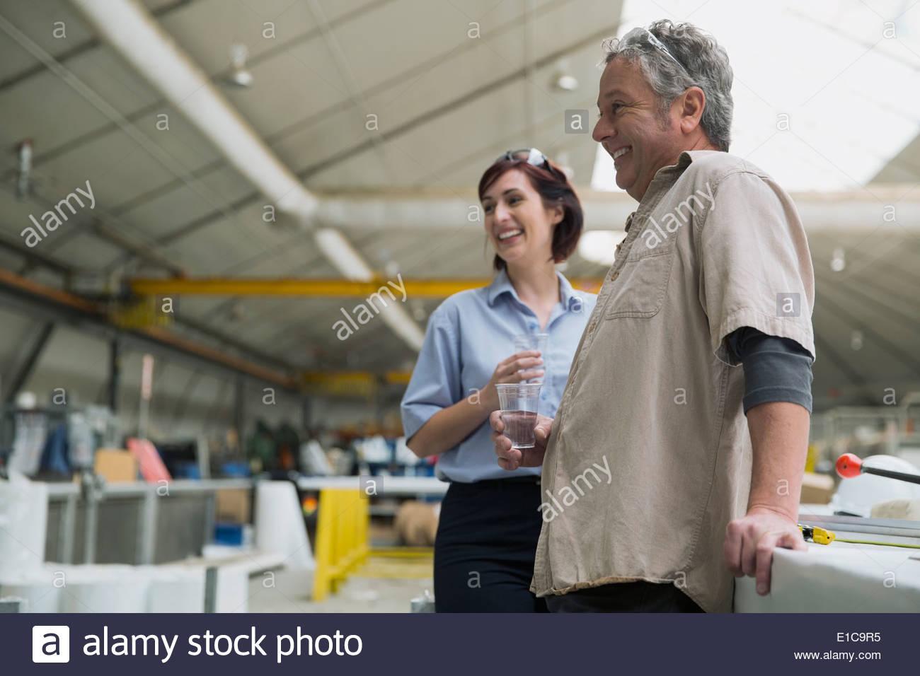 Los trabajadores hablando de planta de fabricación Imagen De Stock