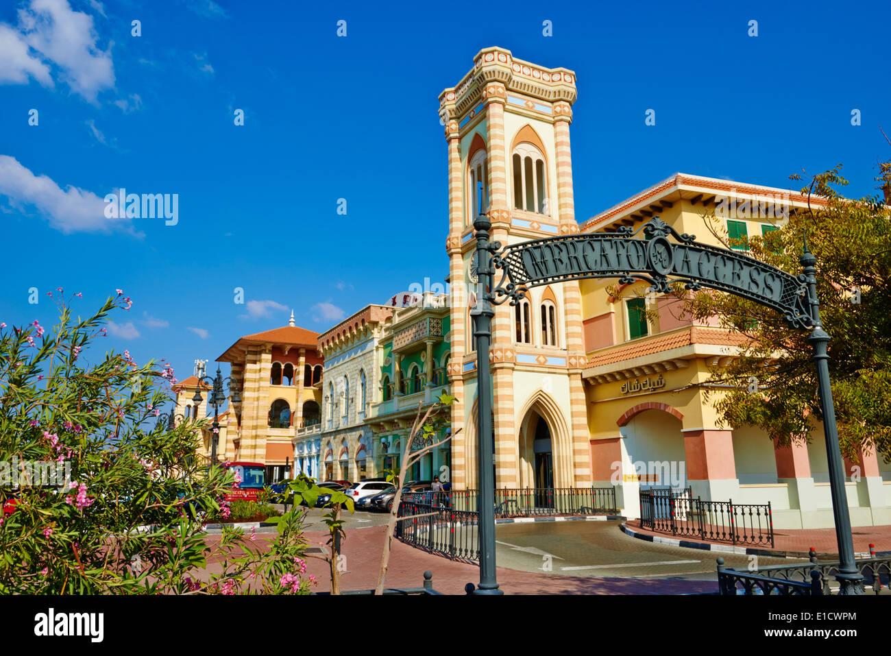 Los Emiratos Árabes Unidos, Dubai, barrio de Jumeirah, el centro comercial Mercato, estilo italiano Foto de stock