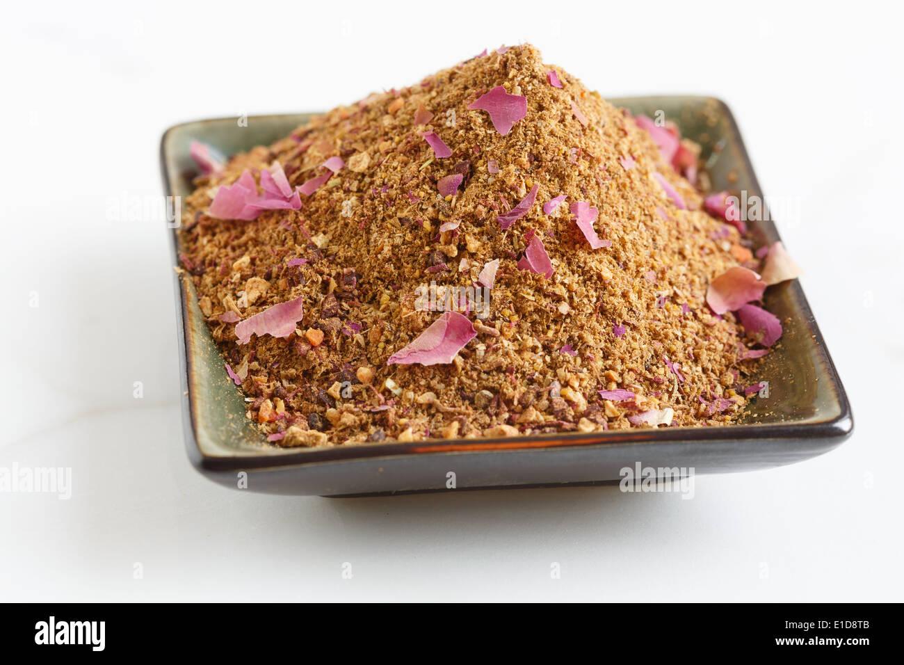Mezcla de especias para el arroz en un cuenco Imagen De Stock