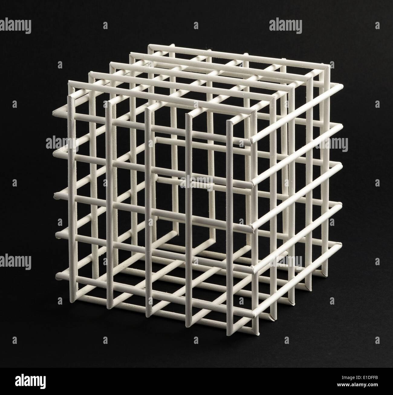 Abra vacía estructura cúbica de celosía con lados equilátero en una típica forma de cubo geométrico sobre un fondo negro en formato cuadrado Foto de stock