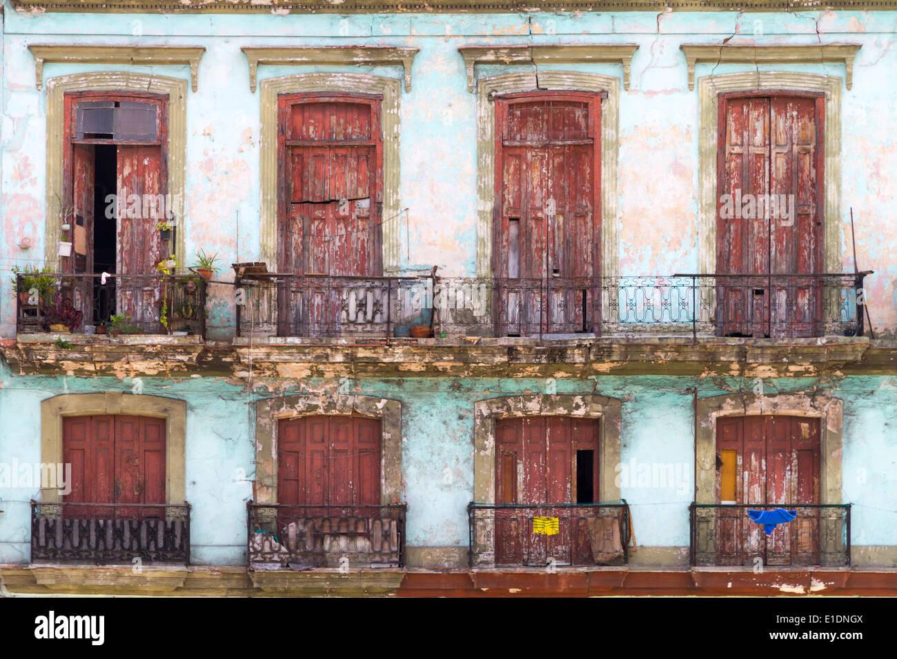 Fachada del edificio desmoronándose con balcones en Pasea del Industria, Habana Vieja, Cuba Foto de stock