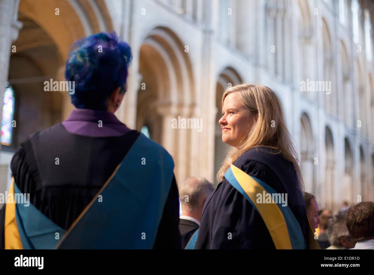 Ely, Cambridgeshire, Reino Unido. El 31 de mayo de 2014. La apertura de nuevos graduados universitarios asistir a la ceremonia de grado en la catedral de Ely en Cambridgeshire. Crédito: Adrian Buck/Alamy Live News Imagen De Stock