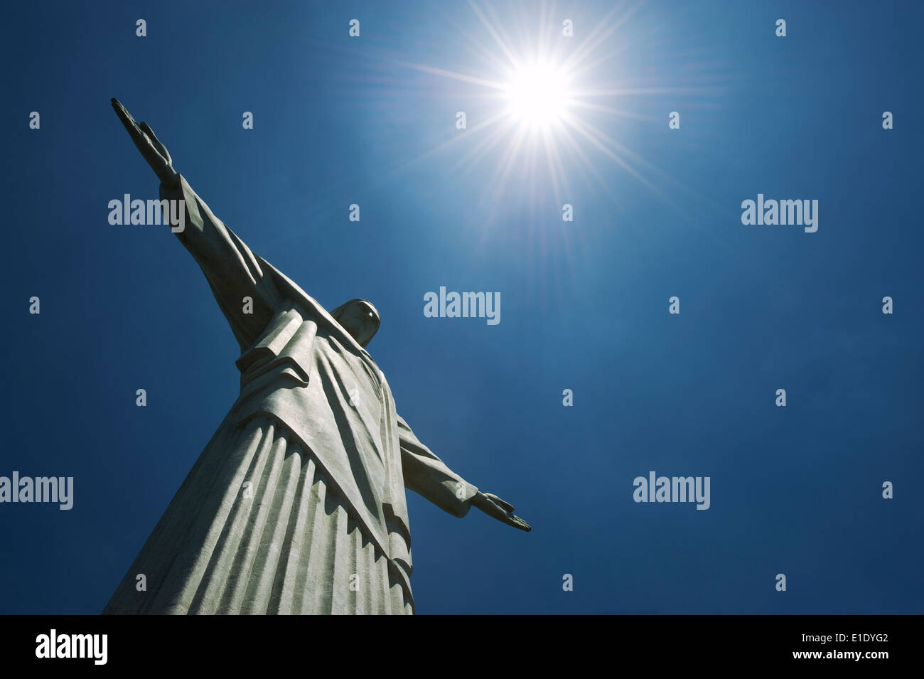 Río de Janeiro, Brasil - 20 de octubre de 2013: Cerca de la estatua del Cristo Redentor en la montaña de Corcovado bajo el sol. Foto de stock
